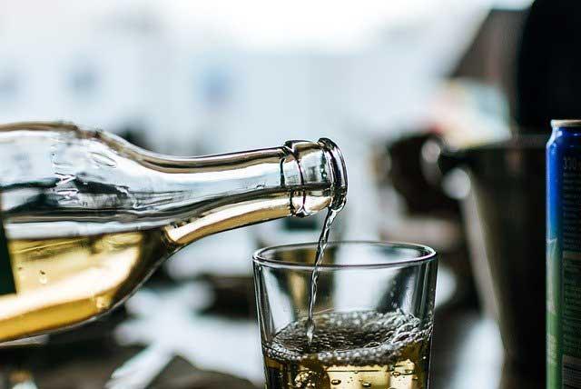 Auch in Getränken wie dem beliebten Met (Honigwein) können die Allergieauslöser stecken.