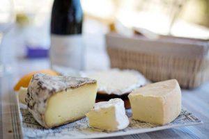 Fast immer kommt es mit hoher Wahrscheinlichkeit bei einer Eiweißallergie zu einer Reaktion nach dem Verzehr von Käse.
